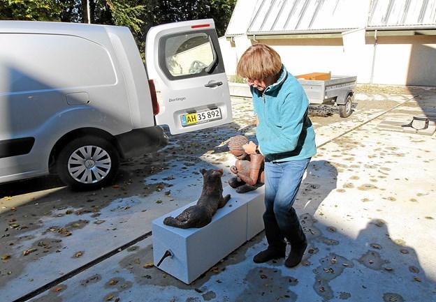 Billedhugger Bodil Dam fjerner her sin stentøjsskulptur 'Hemmeligheder'. Den har hele sommeren stået i skulpturgården.  Foto: Jørgen Ingvardsen