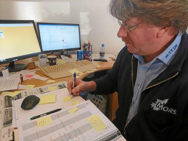 Leif Kjærgaard Andersen svarer ofte selv i telefonen, når kunderne ringer efter en taxi eller anden form for kørsel.