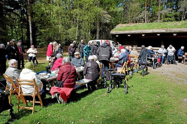 Efter en frisk gåtur rundt om søen og aktiviteter med gamle lege blev der serveret frokost bestående af grillede pølser og kartoffelsalat. Foto: Niels Helver Niels Helver