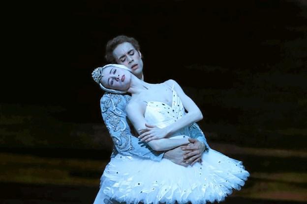 I en scene fra forestillingen ses her Myriam Oulo-Braham og Mathias Heymann. Foto: Svetlana Loboff/NOP