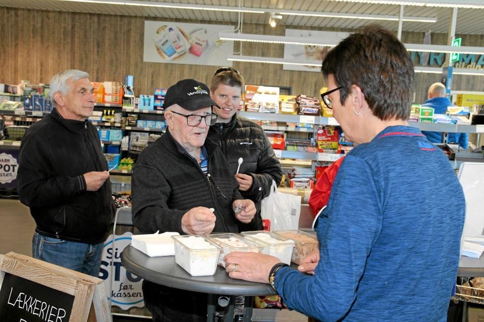 Så skal der smages på is. Her er det Sus Siech der uddeler smagsprøver til kunderne. Flemming Dahl Jensen