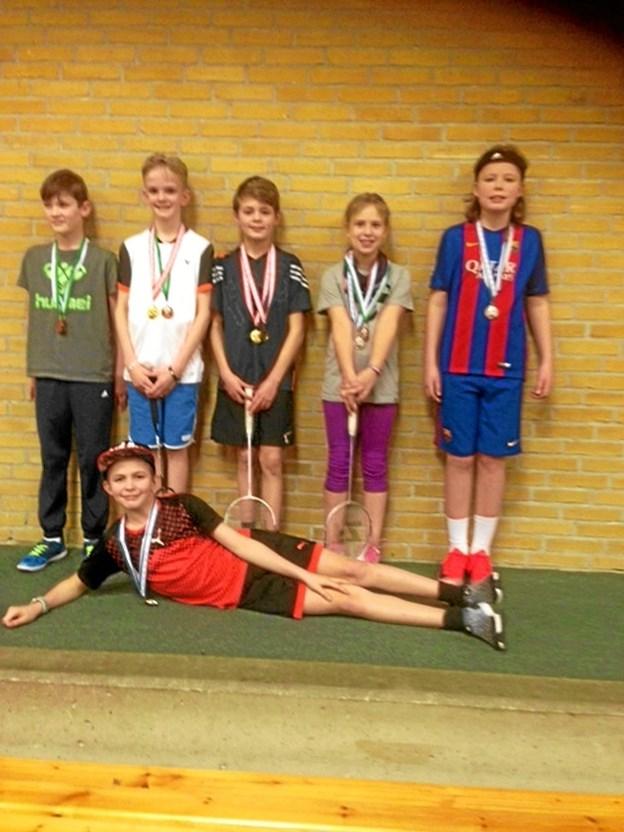 U11/U13 - fra venstre: Mikkel, Jens August, Mads Emil, Tora, Milo og Askild (liggende). Foto: Privat Privat