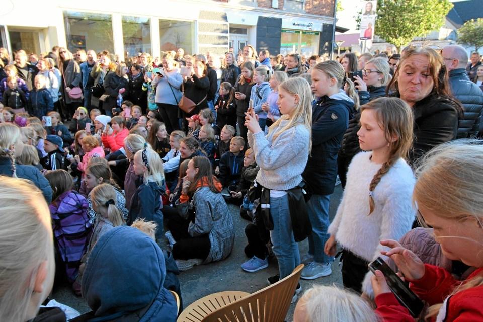 Der var et mylder af mennesker i Dronninglund i fredags. Ikke mindst da X Factor-vinderen Kristian Kjærlund optrådte. Foto: Jørgen Ingvardsen