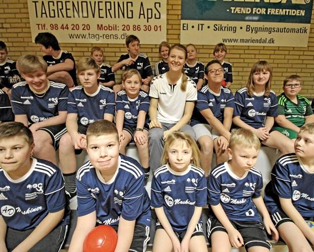 Folketingsmedlem Ane Halsboe-Jørgensen omgivet af ivrige håndboldspillere fra New Kidz i Dronninglund Hallerne.Foto: Jørgen Ingvardsen