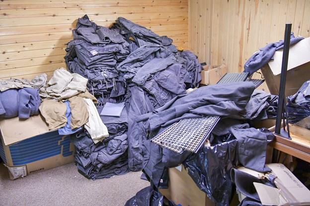 Nogle af de efterladte effekter i den gamle bunker er dusinvis af ældre uniformer og dragter. De kunne tænkes at indgå i spillet...