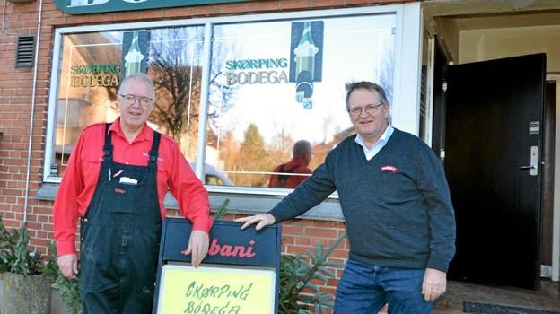 Ole Frederiksen, forpagter af Skørping Bodega (t.v.) og Niels Rask, ny ejer af bodegaen (t.h.). Foto: Jesper Bøss