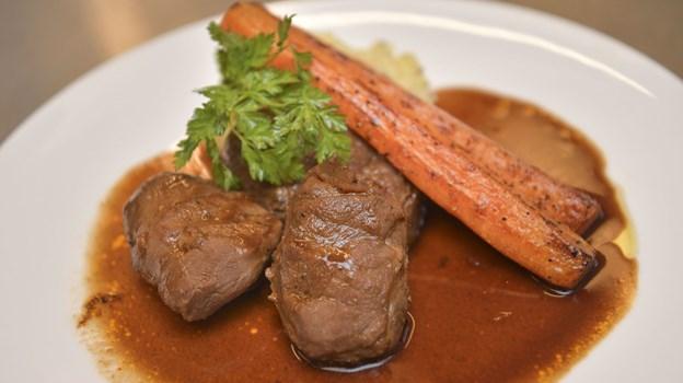 Her er det rødvinsbraiseret svinekæber med gulerødder og grov kartoffelmos. Foto: Claus Søndberg