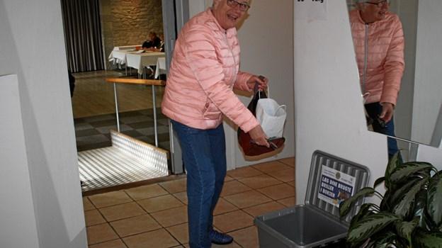 Vera Pedersen fra Suldrup var en af de første til at donere flere af sine aflagte briller på valgstedet. Privatfoto