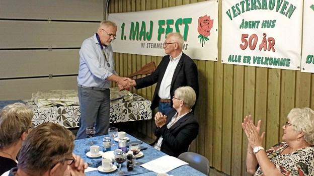 Jens Ole Jørgensen ønsker Mads Bødker tillykke med præsidentværdigheden. Foto: Niels Helver Niels Helver