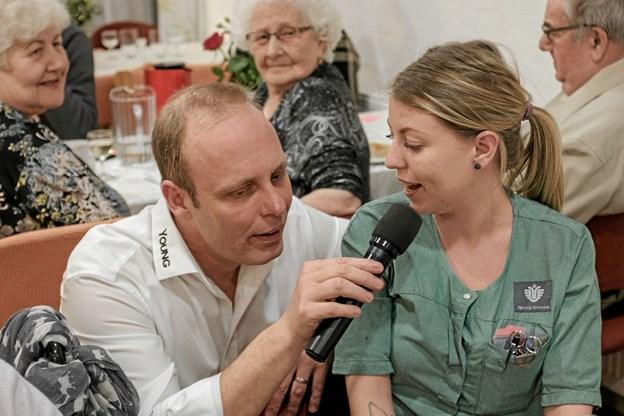 Assistent Mille Worsøe og Bo Young sang duet. Foto: Niels Helver Niels Helver