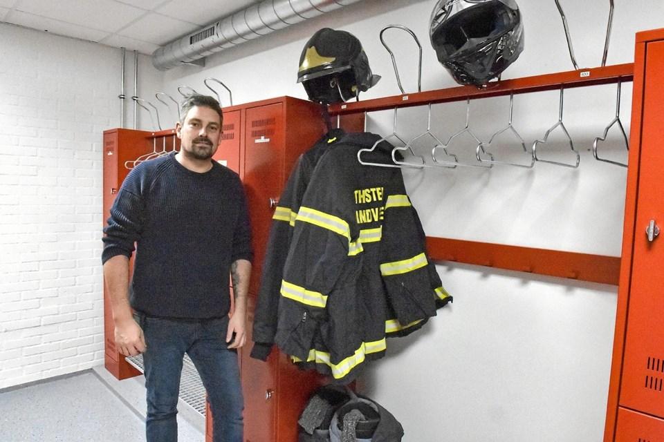 Rent tøj til brandfolkene er indført på grund af sundhed. Derfor har brandfolkene altid et rens sæt at tage på - uden lugt og farlige brandpartikler. Det nye omklædningsrum er som en sluse, hvor der aldrig kommer beskidt tøj ind. Det passer Nis Winterberg fint, som her viser sin plads til tøjet. Ole Iversen