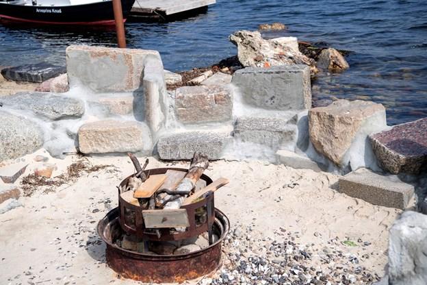 Der er også mulighed for at tænde bål - når det igen bliver lovligt. Stenene der dæmmer op for Limfjorden har engang været gravsten.