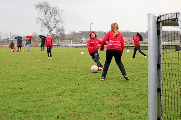 U10 pigerne boltrer sig med bolden på græs og begejstringen for spillet lader sig vanskeligt skjule. Foto: Tommy Thomsen Tommy Thomsen