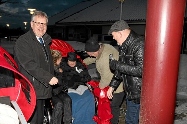 Borgmester Mogens Chr. Gade tager imod de friske cyklister og passager på rådhuset. Foto: Flemming Dahl Jensen Flemming Dahl Jensen