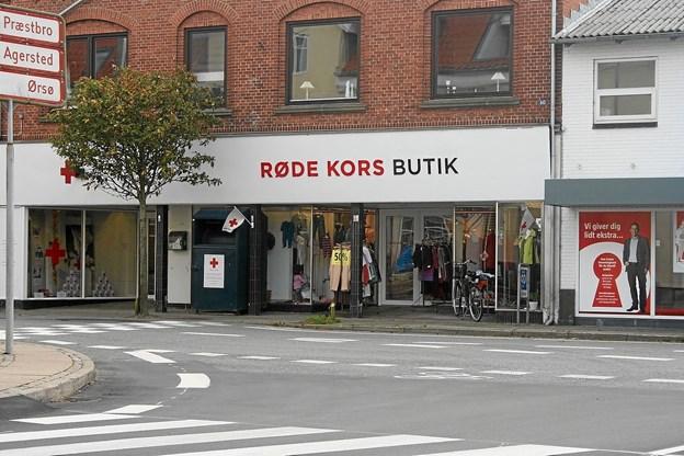 De to flotte Røde Kors Butikker i Hjallerup og Dronninglund er med til at skaffe penge til lokalafdelingens forskellige aktiviteter Foto: Ole Torp