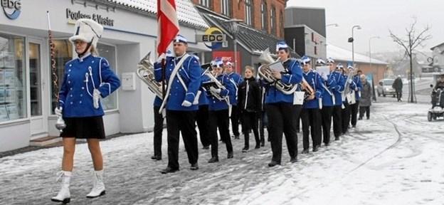 Morsø Garden har allerede været ude at spille i de nye uniformer i snevejr. Som det ses, bærer man som kvindelig tambourmajor fortsat nederdel. Foto: Morsø Garden.