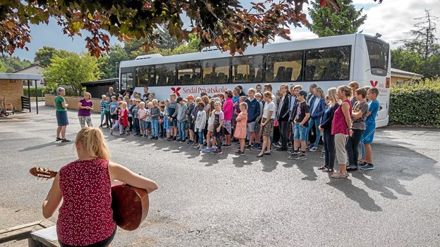 Ann Christiansen og Karina Sejerskilde leder morgensangen til ære for den nye bus. Foto: Niels Helver