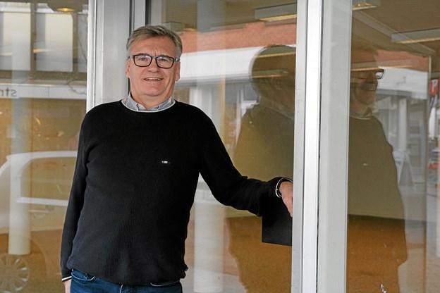 Bjarne Pedersen kommer til butikken i Brovst fra en tøjforretning i Fjerritslev. Foto: Flemming Dahl Jensen Flemming Dahl Jensen
