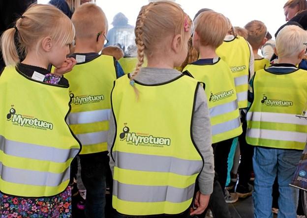 På ryggen af vestene er børnehusets logo påtrykt, og på forsiden er et lille diskret logo for Sparekassen Vendsyssel. Foto: Niels Helver Niels Helver