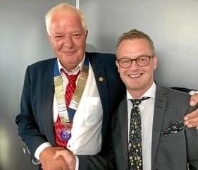På årets sidste møde fik næste præsident, som bliver Jens Arne Hedegaard, overrakt klubbens kæde af Jesper Dahl Jeppesen. Privatfoto