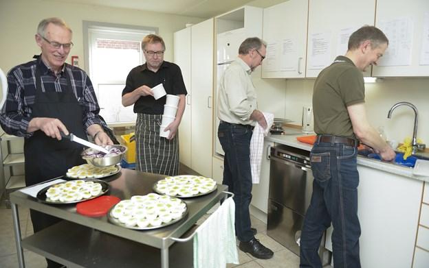 """Det er sjette gang, mændene må holde sig til køkkensysler og til berede og servere mad til de mange kvinder, som deltager i """"pigefridagen"""".       Arkivfoto: Grethe Dahl"""