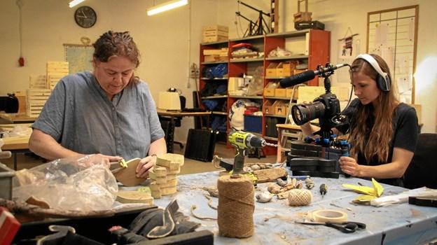 En af de ansatte på det beskyttede værksted Nordstjernen Bente Böck Skytte er i gang med at slibe, mens Liv Lundholm filmer processen. Privatfoto