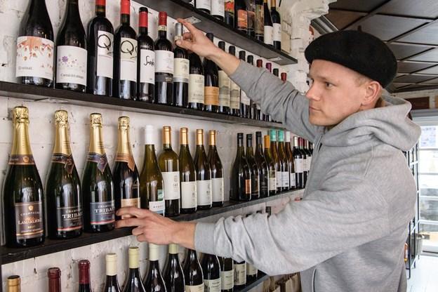 Karl- Emil Sams er vendt hjem til Vendsyssel for at dyrke og leve af sin hobby og passion. Han har den højeste vinuddannelse, som kan opnås i Danmark, og så fremstiller han i øvrigt cider derhjemme på familiegården i Tversted. Foto: Peter Broen