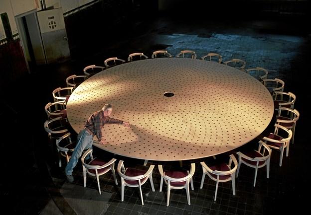 Tyge Axel Holm: Parliament of Nature, 2008. Ahorn og amarant. Bordet, der måler 5,5 meter i diameter, blev skabt til COP 15 i København i 2009.