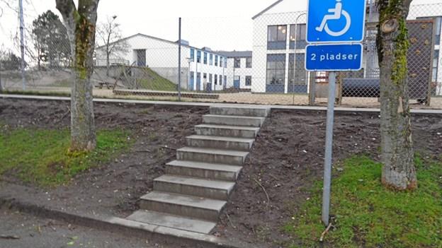 Der er etableret trapper tre steder for ikke at skulle gå på parkeringspladsen længere end højst nødvendigt. Foto: Kjeld Mølbæk
