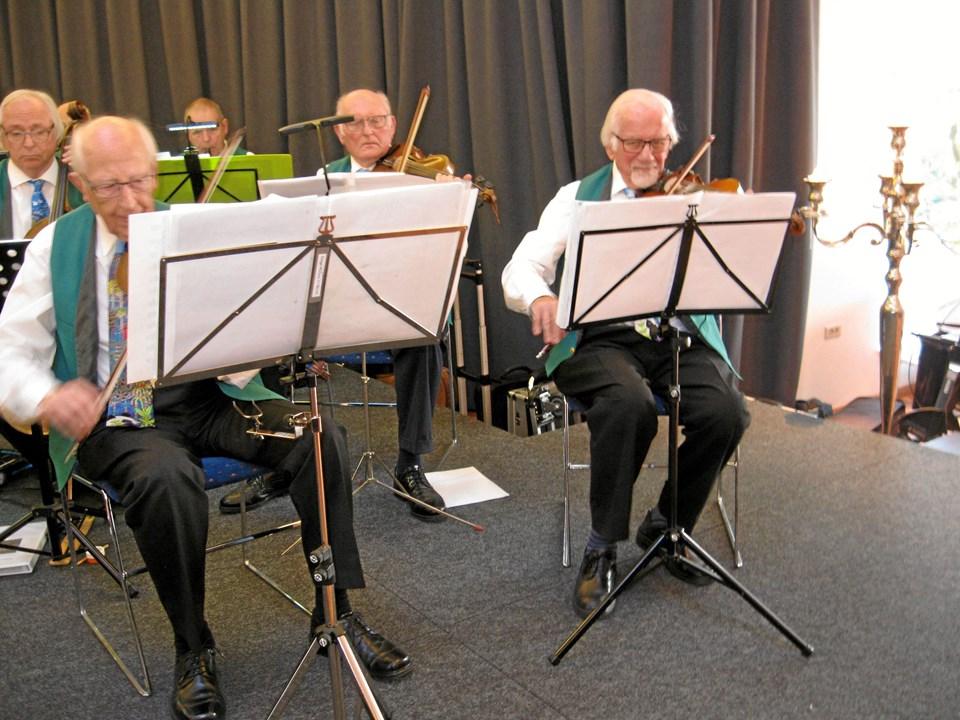 Violinist Ib Bøgh Andersen (til højre), der også af og til spiller bas, er en af veteranerne og bærende støtter hos Aalborg Pensionistorkester. Foto: Ole Skouboe