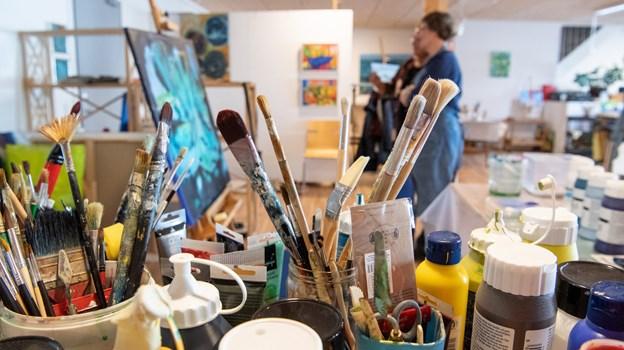 240 kvadratmeter værksted har de fået i deres nye kunstnerhus, så der er plads til pensler, staffelier og mange malerier. HENRIK LOUIS