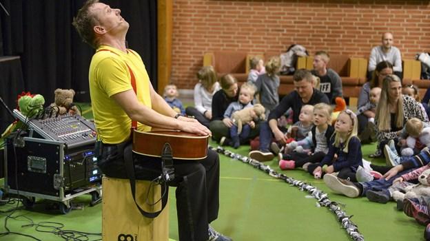 Michael Back står for underholdningen, når legestuen Spiren i Hellum grundlovsdag inviterer til grundlovsfest for børn og forældre. Arkivfoto