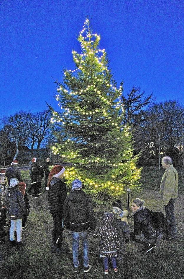 Og så blev byens juletræ på Trekanten tændt. Privatfoto $ID/NormalParagraphStyle: Privatfoto