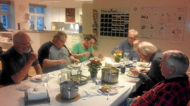 Det er hyggeligt at lave mad og spise sammen. Foto: Privat