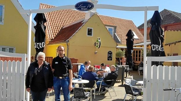 Forpagterparret på Linie 74, Merete og Peter Schmidt foran den nye gårdhave. Foto: Ole Svendsen