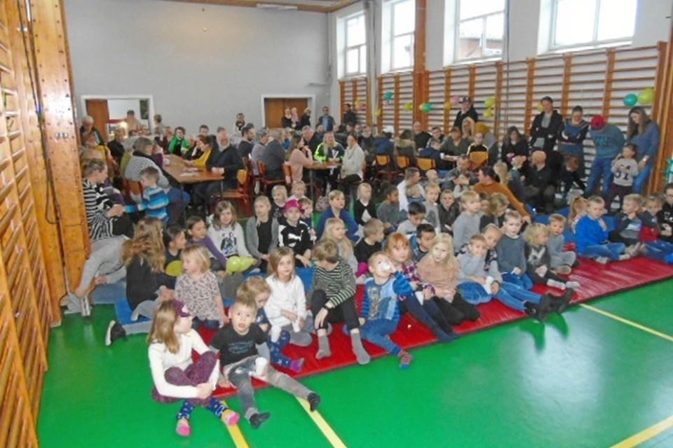 125 børn og voksne var samlet for at se klovnen Migu optræde i Arentsminde. Det var en forrygende dag. Arkivfoto