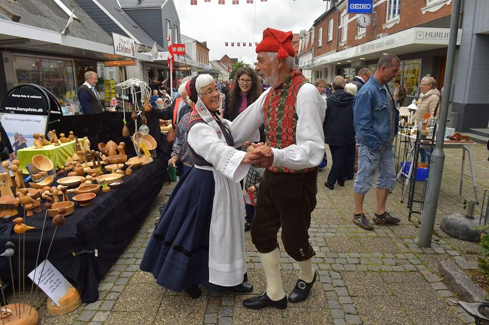 Inger og Jens Kjeldgaard giver den en ekstra tur på gågaden, til ære for fotografen. Foto: Ole Iversen