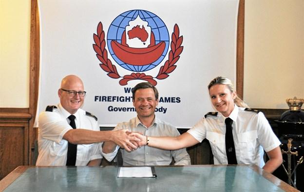 (Fra venstre:) Beredskabschef Per Vedsted, borgmester Thomas Kastrup Larsen og Diana Sørensen, direktør i Nordjyllands Beredskab, da kontrakten blev underskrevet. Privatfoto