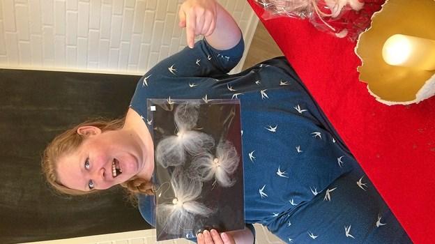 Heidi Andersen med hjemmelavede filt engle. Foto: Privatfoto