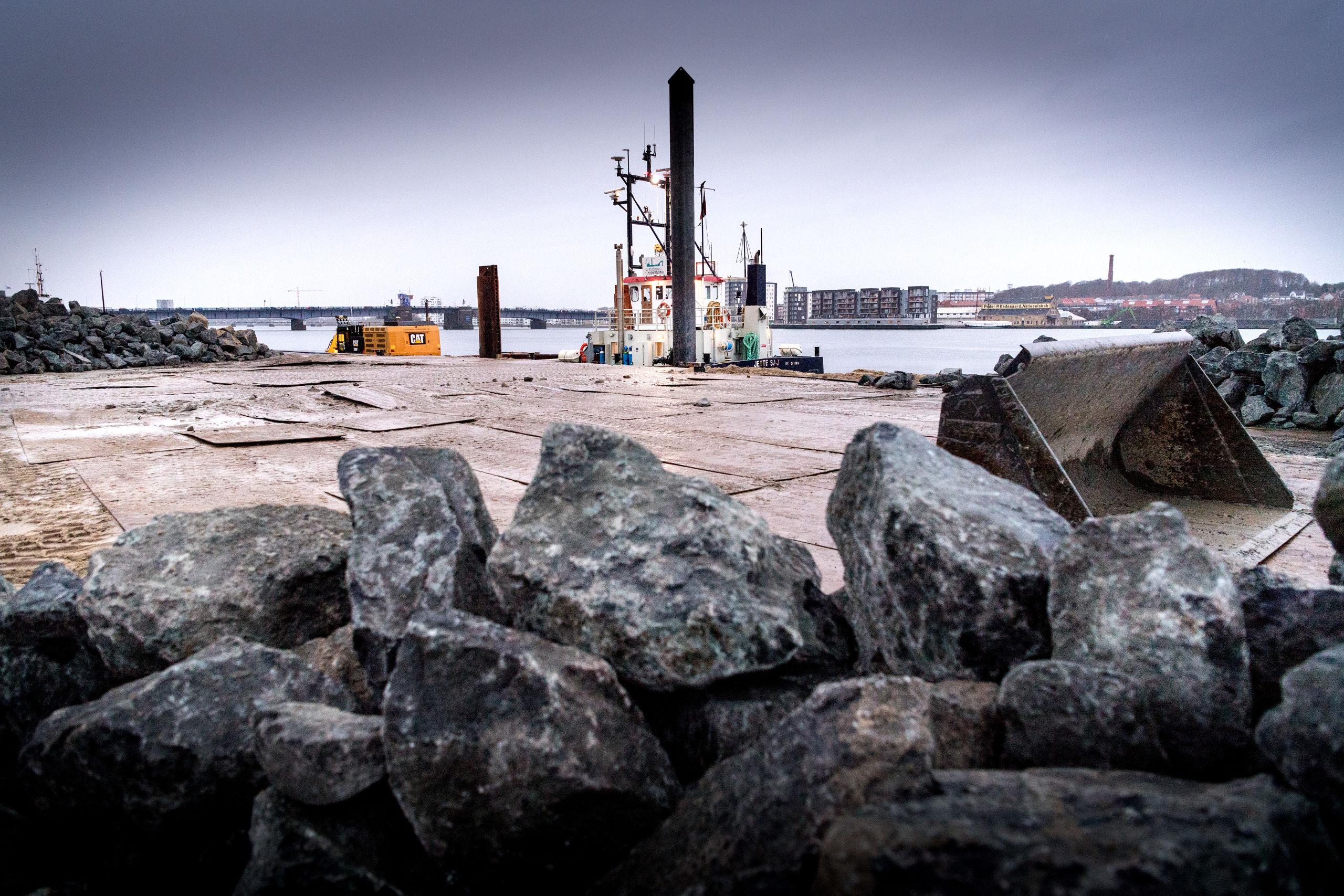 De kæmpestore norske granitsten på Honnørkajen har med rette vakt opsigt blandt de gående på Aalborg Havn, der ivrigt har spurgt ind til formålet med dyngerne. Foto: Torben Hansen