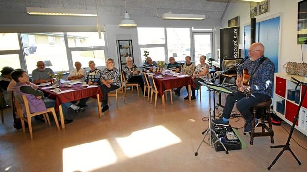 Lars Jakobsen underholdt, da centerrådet holdt 25-års fødselsdag i Rosendalcentret i Agersted.  Foto: Jørgen Ingvardsen
