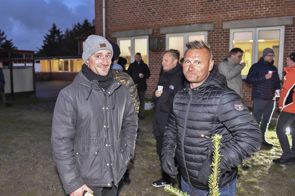 Robert Sand (tv) og Michael Konradsen har begge børn i KLitmøller skole. De glæder sig over at nu går rigti godt for skolen. Ikke mindst på grund af aktive ildsjæle. Foto: Ole Iversen