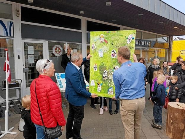 Henrik Staun og Henrik Gade Johansen præsenterer Solhusets kunstværk. Foto: Karl Erik Hansen Karl Erik Hansen