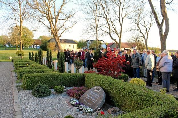 Mange fulgte efter befrielsesgudstjenesten med til kransenedlæggelsen ved de 11 grave på Aarestrup Kirkegård.  Privatfoto
