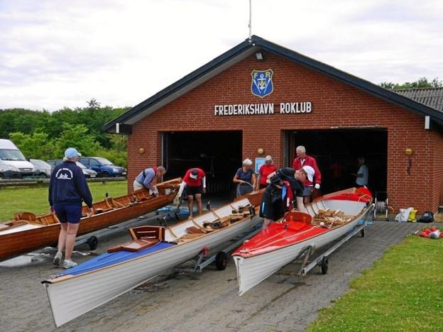 Traditionen tro kommer bådene i vandet samtidig med at urene skal stilles om til sommertid. Foto: Frederikshavn Roklub