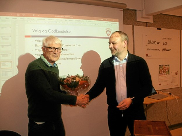 Bent Sørensen (tv) blev hædret som afgående kasserer af hovedformand Bjørn Skovhus. Foto: Kjeld Mølbæk