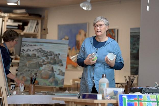Anette Palm har ligesom flere af de andre lidt proviant med, da hun dukker op for at male. Foto: Henrik Louis Simonsen. HENRIK LOUIS