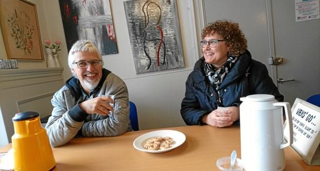 Ægteparret Birgitte Bundgaard og Poul Henrik Carl ved kaffebordet i lokalet ved genbrugsbutikken. - Poul Henrik kaldes nu for det meste for PH. Nogen er begyndt bare at kalde ham P, lyder det fra Birgitte Bundgaard. Tiden må vise, hvad næste udvikling i kaldenavnet bliver.