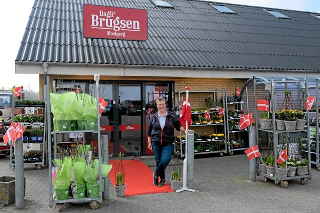 Uddeler Karen Pedersen har rullet den røde løber ud og er klar til at byde indenfor til kaffe og rundstykker i anledning af moderniseringen både ude og inde. Bemærk det nye skilt på taget. Foto: Niels Helver