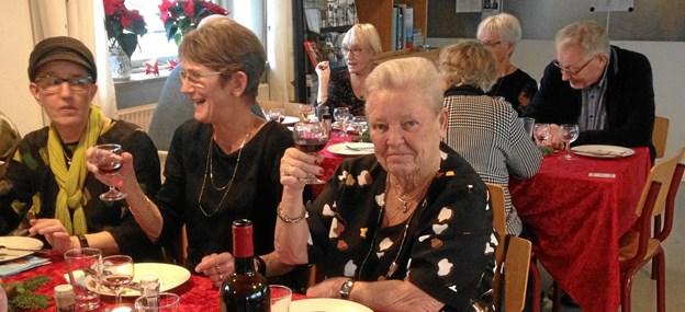 """""""Fighterne – for livet! og """"Motion og Cafè"""" i Hadsund har traditionen tro, afholdt fælles julefest i Hadsund Sejlklub. Maden var rigtig god, humøret fejlede bestemt heller ikke noget, især ikke da ris a la manden kom på bordet, 2 mandelgaver fristede, så skålene blev hurtigt tømt. Begge foreninger starter igen efter nytår 9. januar, så alle kan komme i træning igen. Foto/tekst: Annette Kjær."""